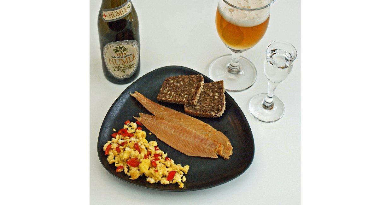Fiskehusets bakskuld med peberfrugt-røræg serveret med rugbrød