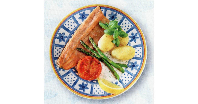Grillet ørredfilet med nye grøntsager