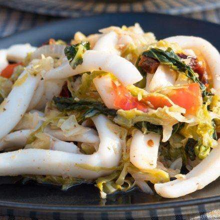 Blæksprutte med savoykål i wok/pande