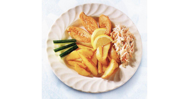 Frisk, ristet torskerogn med kartoffelbåde og gulerodssalat