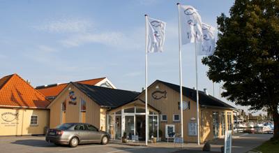 Fiskehuset Thisted - vores butik og restaurant - indgangsparti set fra vejen og ud mod havnen