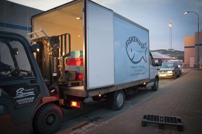 Vi ikke bare køber op hver morgen, men vi transporterer også den friske fisk hjem i egen kølevogn.